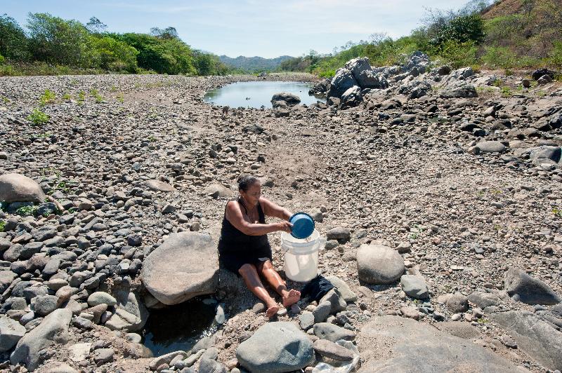 El cambio climático es evidente en el corredor seco de Nicaragua. Las mujeres sufren la escasez de agua con especial impacto. Caminan largas distancias para hacer acopio en pesados baldes y para lavar la ropa o bañarse.