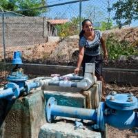 """Marisela es bombera en el CAPS de Vado Ancho en el municipio de Santo Tomás (Chinandega). """"Cuando me nombraron bombera, yo dije: 'A mí, si me enseñan, voy'""""."""
