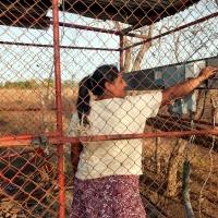 """María es la bombera del CAPS de Salinas Grandes: """"Cuando hay tormenta hace falta mucho valor para meterse ahí a apagar la bomba""""."""