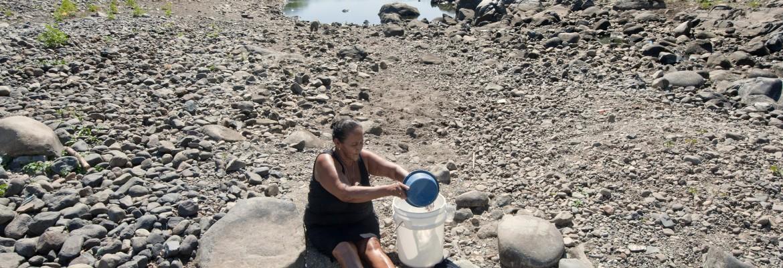 Las mujeres sufren la escasez de agua con especial impacto. Caminan largas distancias para hacer acopio en pesados baldes y para lavar la ropa o bañarse.
