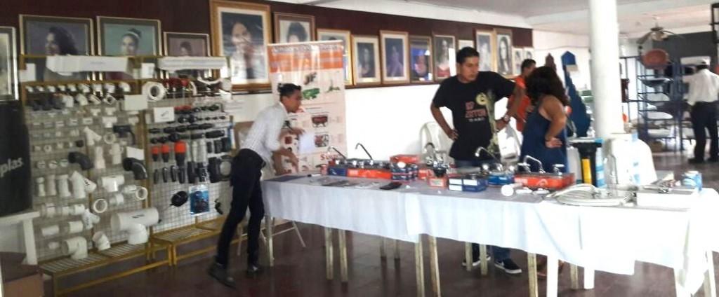 Pie de foto: Empresas de ferretería exponen sus artículos de en la feria de agua potable y saneamiento en Santo Tomás