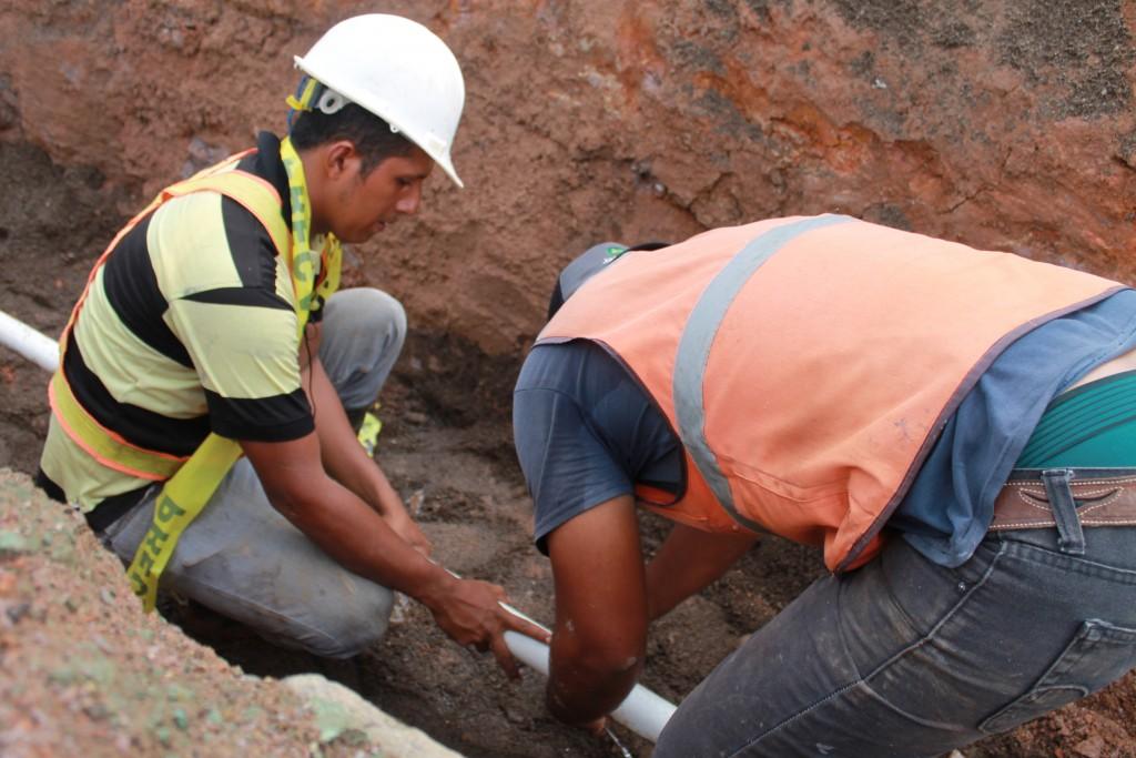 Pie de foto: Rusell Aragón trabaja en las obras del PISASH y se ha especializado como fontanero