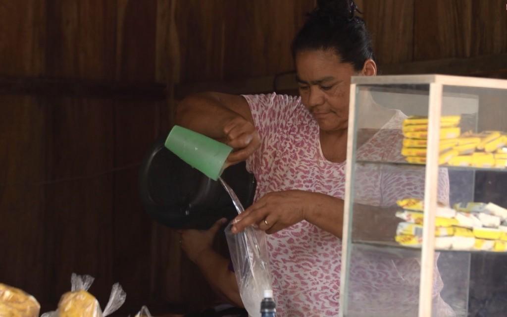 Pie de foto: Marta Fitoria regenta un negocio de alimentación en un instituto de San Carlos y contará con acceso continuado a agua potable gracias al PISASH