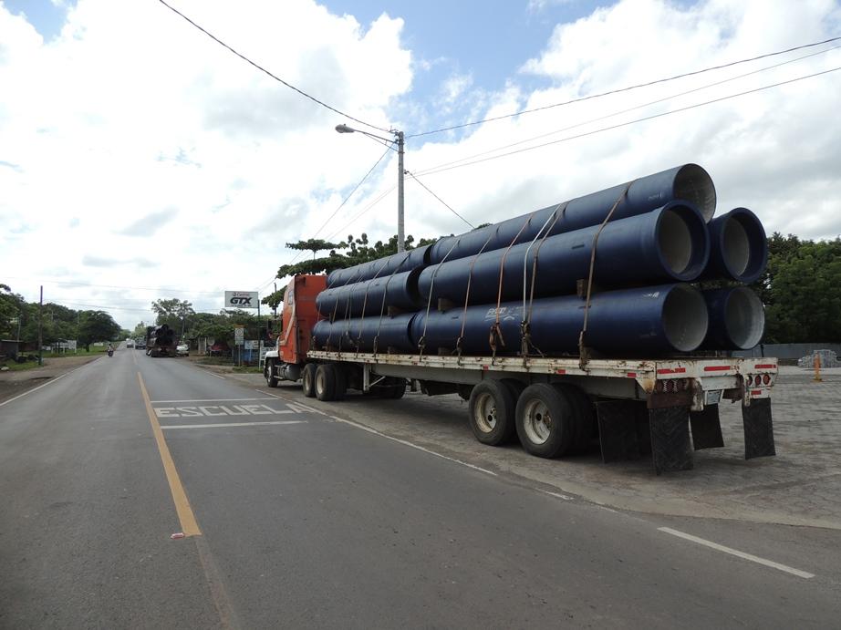 Pie de foto: Traslado de tubería desde Corinto a Bluefields para la construcción del sistema de agua potable de esta ciudad del Caribe