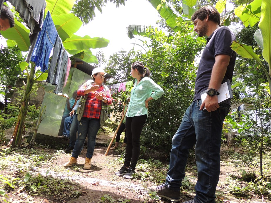 Pie de foto: Especialista social de la empresa encargada de las obras de alcantarillado sanitario comenta el proceso de acompañamiento a la población a lo largo de la ejecución de las obras del PISASH