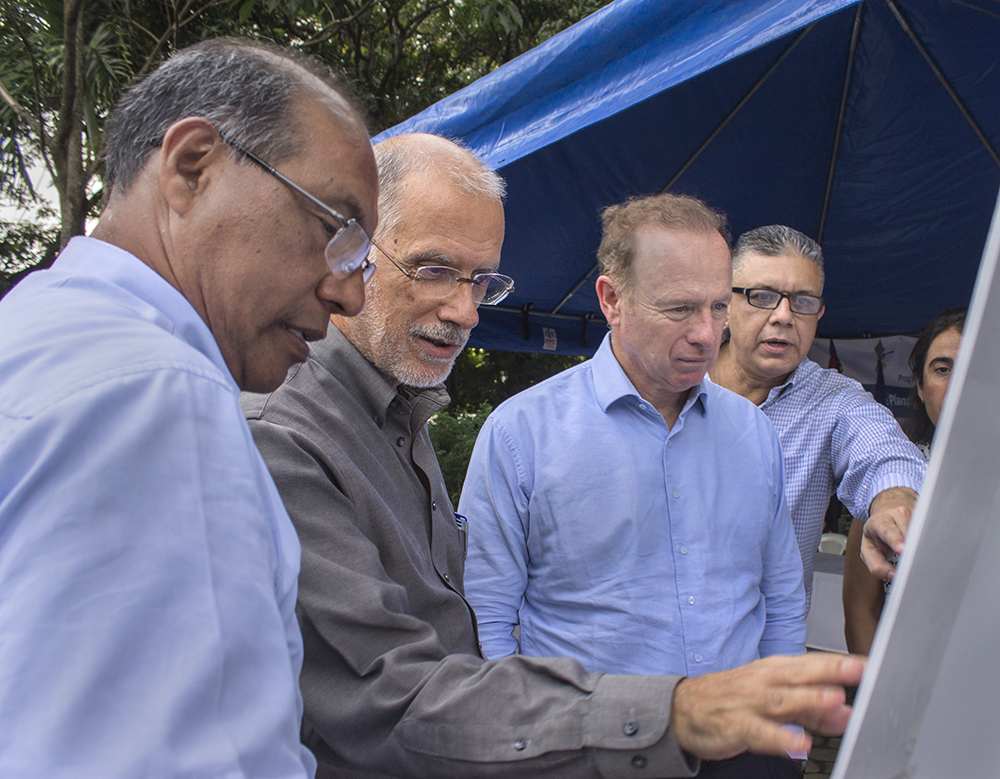 Pie de foto: Autoridades de ENACAL muestran al director de AECID (segundo por la derecha) y al Embajador de España (segundo por la izquierda) el proyecto de la Planta de Tratamiento de Aguas Residuales de Masaya (PISASH).