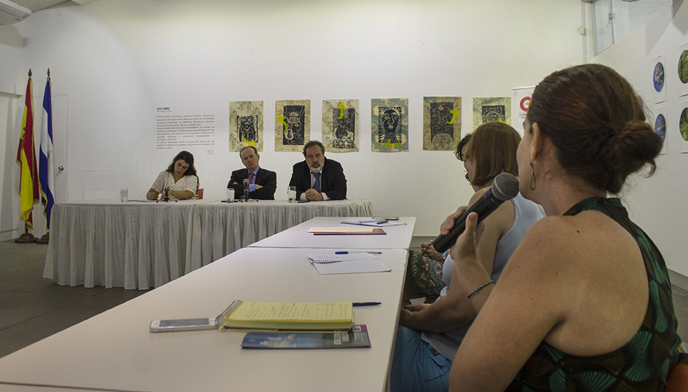 Pie de foto: Luis Tejada (director de AECID, en el centro), Carmen Castiella (directora de AECID para América Latina y el Caribe, a su izquierda) e Ignacio Nicolau (coordinador de la oficina de AECID en Nicaragua) en reunión con ONGD